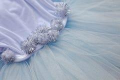 Makrosikt av sömnadklänningar Slut upp av tygingreppet för ballerinakjol Kjol för dans för barn` s Netto brölloptextil royaltyfri foto