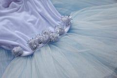 Makrosikt av sömnadklänningar Slut upp av tygingreppet för ballerinakjol Kjol för dans för barn` s Netto brölloptextil royaltyfria bilder
