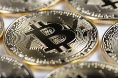 Makrosikt av skinande Bitcoin souveniremynt Royaltyfria Bilder