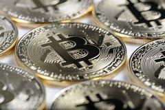 Makrosikt av skinande Bitcoin souveniremynt Fotografering för Bildbyråer