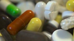 Makrosikt på en hög av droger och preventivpillerar lager videofilmer