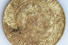 Makroskott av en gammal kopeck 1932 för mynt 3 Ett mynt finnas i jorden Aluminum brons för metall coins ryss ryss Arkivbild