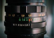 Makroskott av en kameralins som fokuserar på information om kameralins öppningsformatet Arkivbilder