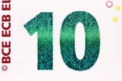 Makroskott av en räkning för euro som tio visar numret tio med dess te Arkivfoto