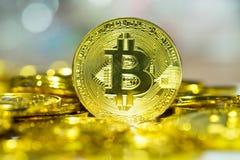 Makroskott av guld- Bitcoin på suddighetsbakgrund crypto digitalt c arkivbilder