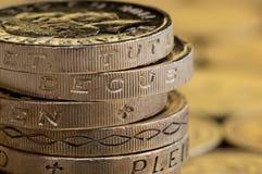 Makroskott av mynt för brittiskt pund i en bunt Arkivfoto