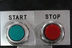 Makroskott av röda och gröna mekaniska knappar för start och för stopp Royaltyfri Fotografi