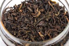 Makroskott av torrt kinesiskt te i kruset Arkivbild