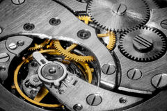 Makroskott av urverkkugghjul inom klockan arkivbilder