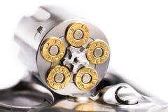 Makroskottet av en öppen revolver laddade med kulor arkivbild