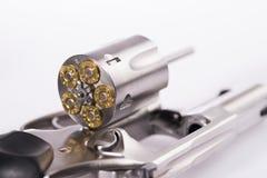 Makroskottet av en öppen revolver laddade med kulor arkivbilder