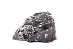 Makroskytte av den naturliga gemstonen Den rå mineralen är obsidian, Indonesien Anmärka på en vitbakgrund Arkivfoto
