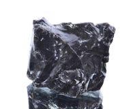 Makroskytte av naturlig mineral vaggar provet - obsidian, sten på en isolerad vit bakgrund Royaltyfri Fotografi