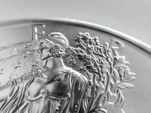 Makroslut upp av en 999% silveramerikan Eagle Bullion Coin fotografering för bildbyråer