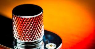 Makroslut upp av en volymknopp för elektrisk gitarr royaltyfri foto