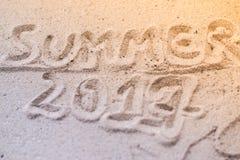 Makrosommeraufschrift auf dem Sand am Strand Lizenzfreie Stockbilder