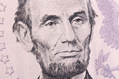 Makrostående av Abraham Lincoln på fem U S Dollarräkning Arkivbilder