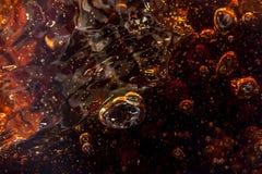 Makrosvart bubblar på glasväggen av cola Royaltyfri Bild