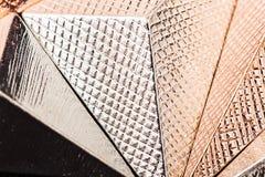 Makrotextur av den metalliska pyramiden Arkivfoto