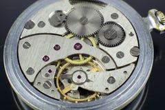 Makrotrieb des alten Mechanismus der Taschenuhr internen stockbild