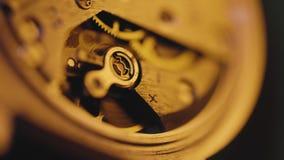 Makrotrieb des Arbeitsuhrmechanismus, alte Uhrfunktion, Zeit zählend stock video footage