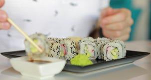 Makrovideo av mannen som äter sushi arkivfilmer