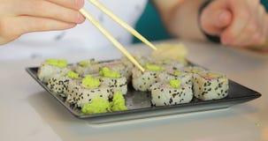 Makrovideo av mannen som äter sushi stock video