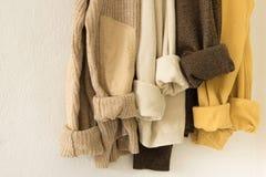 Maksi trykotowy pulower w ciepłych naturalnych kolorach Wygodny nieociosany mody pojęcie Zdjęcie Royalty Free