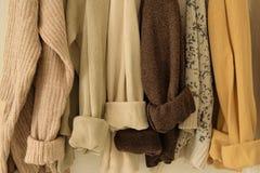 Maksi trykotowy pulower w ciepłych naturalnych kolorach Wygodny nieociosany mody pojęcie Zdjęcie Stock