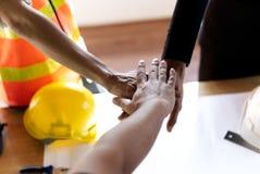 Makt av samarbete och bra teamwork i konstruktionsaffären Att att lyckas målet och de framkallande hållbara partnerskapen royaltyfri foto