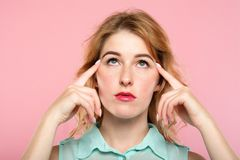 Makt för hjärna för koncentrat för flicka för telepati för meningslekar arkivbild