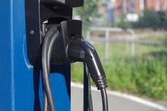 Makt för pumpen för uppladdaren för elbilenergistationen laddar upp elektriska medelkablar Royaltyfria Bilder
