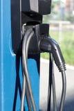 Makt för pumpen för uppladdaren för elbilenergistationen laddar upp elektriska medelkablar Royaltyfri Bild