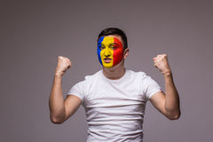 Makt och starka sinnesrörelser av den rumänska fotbollsfan i modigt stötta av det Rumänien landslaget Fotografering för Bildbyråer