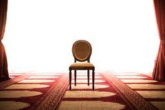 Makt och styrkabegrepp av konungs stol i mitt av rum arkivbild