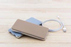 Maktbank och USB kabel för smartphone arkivbild