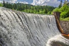 Makten av en bergvattenfall Arkivfoto