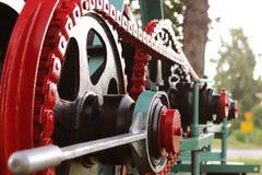 Maktenhet med hjul, svänghjul och kedjan Jordbruks- mekanism för att bearbeta för skörd Tung teknik Belägga med metall konstrukti arkivbilder