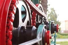 Maktenhet med hjul, svänghjul och kedjan Jordbruks- mekanism för att bearbeta för skörd Tung teknik Belägga med metall konstrukti fotografering för bildbyråer