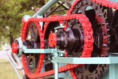 Maktenhet med hjul, svänghjul och kedjan Jordbruks- mekanism för att bearbeta för skörd Tung teknik Belägga med metall konstrukti royaltyfria foton