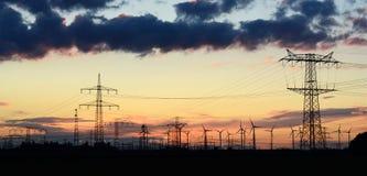 Maktpyloner för transportering av elektricitet fotografering för bildbyråer
