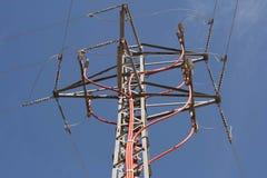 Maktpylontorn med kraftledningisolatorer Fotografering för Bildbyråer
