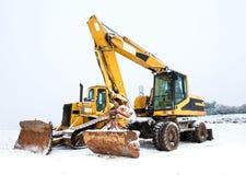 Maktskyffel och bulldozer i snö royaltyfri foto