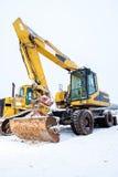 Maktskyffel och bulldozer i snö arkivbild