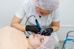 Makup permanente en la cara, mujer que tiene tatuaje del párpado fotos de archivo libres de regalías