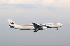 Malásia, 2016 - avião de passageiros comercial na taxação para aterrar em Kuala Lumpur International Airport Imagens de Stock Royalty Free