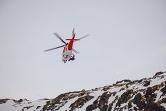 MalÃ-¡ StudenÃ-¡ dolina - Vysoké Tatry/Slowakei - 15. Februar 2019: Bergrettungs-Hubschrauber im hohen Tatras Vysoké Tatry lizenzfreies stockfoto