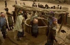 Malí, África occidental - 25 de enero de 1992: Pueblo de Peul y m típico Fotografía de archivo