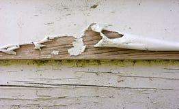 Mal épluchage de la peinture sur la voie de garage de bardeau Photo libre de droits
