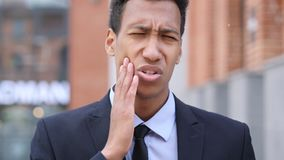 Mal de dents, homme d'affaires africain avec l'infection de dent photographie stock